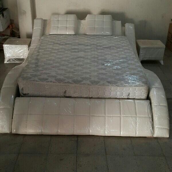 تخت تمام چرم اصل+. 2عدد پاتختی +پاف چرم نوی نو (فروش فوری)